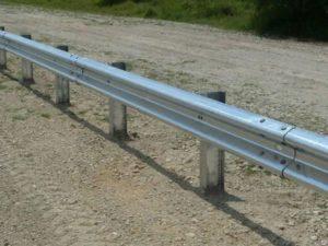 Барьерные ограждения из стали на металлических стойках