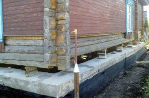 Как поднять фундамент деревянного дома своими руками