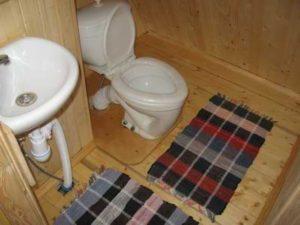 Теплый туалет в деревенском доме своими руками