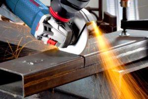 Как правильно держать болгарку при резке металла