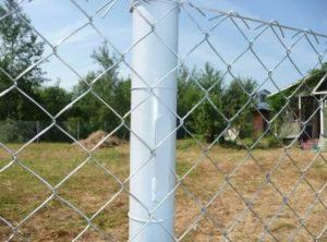 Как прикрепить сетку рабицу к металлическим столбам