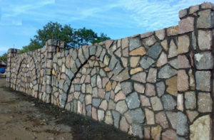 Забор из булыжника своими руками