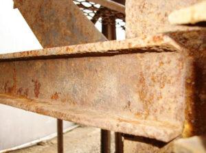 Коррозию металлических изделий уменьшают