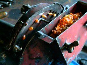 Ручная сеялка для кукурузы своими руками